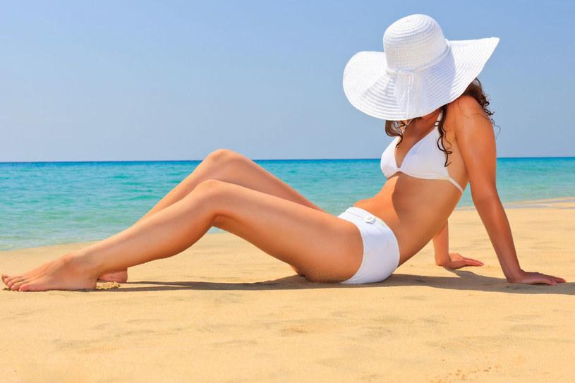 By dobrze przygotować skórę do opalania, codziennie przez 2 tygodnie warto wypić marchewkowy sok /123RF/PICSEL