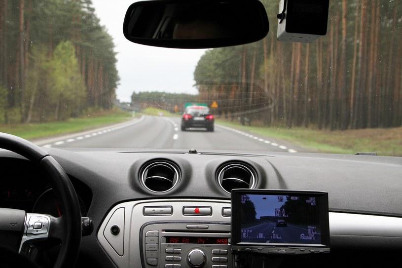 """By pomiar był trzetelny, kierowca musi utrzymywac stały dystans do mierzonego auta i może to robić tylko """"na oko"""" /Piotr Jędzura /Reporter"""