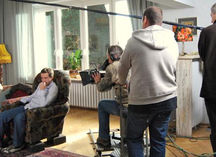 By profil Przemysława Cypryańskiego lepiej było widać w kamerze, fotel ustawiono na skrzynkach /INTERIA.PL