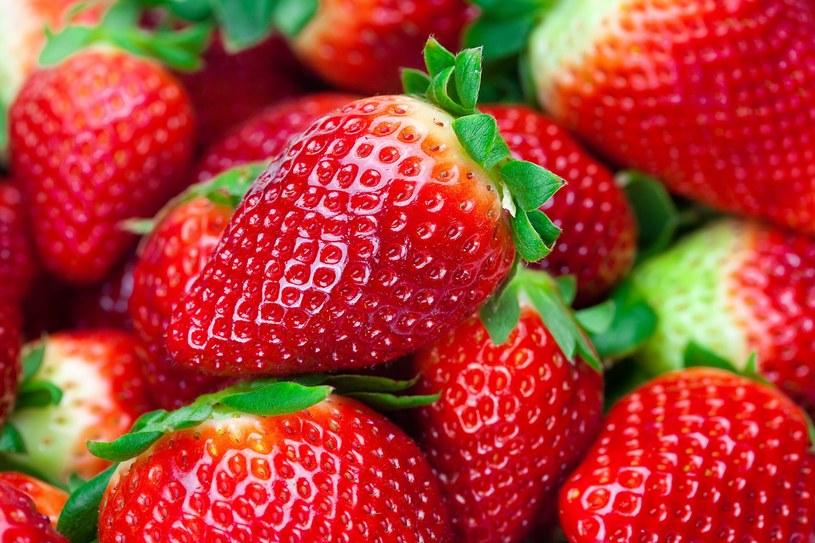 By truskawki były słodsze, szypułki usuwaj dopiero po umyciu owoców /123RF/PICSEL