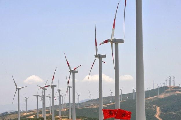 By zastąpić elektrownię Bełchatów, trzeba postawić 6,5 tys. takich wiatraków /AFP