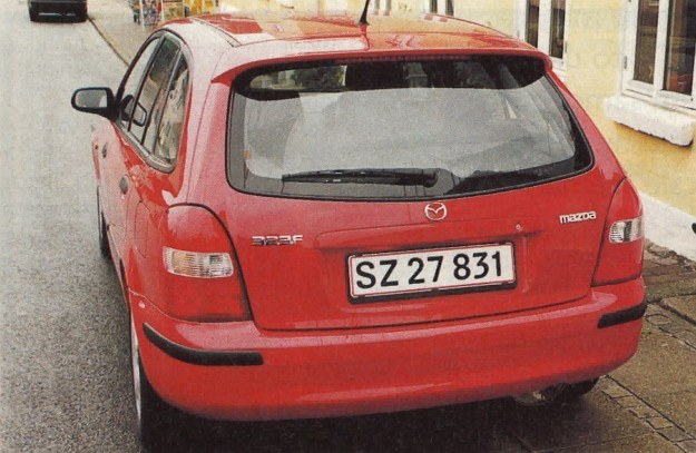 Być może 6. generacji Mazdy 323, a 3. modelu F brakuje teraz jakiegoś konkretnego stylu, ale też nie sposób powiedzieć, by była brzydka. /Motor