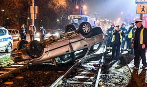 Bydgoszcz: Samochód dachował na torach tramwajowych