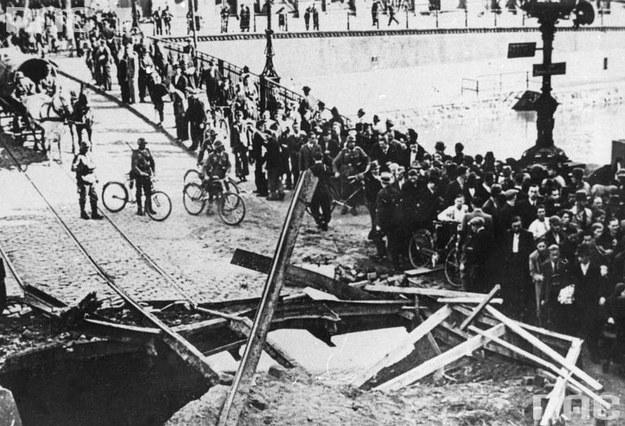 Bydgoszcz, wrzesień 1939: Zbombardowany most im. Romana Dmowskiego. Widoczny tłum ludzi i żołnierze niemieccy na rowerach /Z archiwum Narodowego Archiwum Cyfrowego