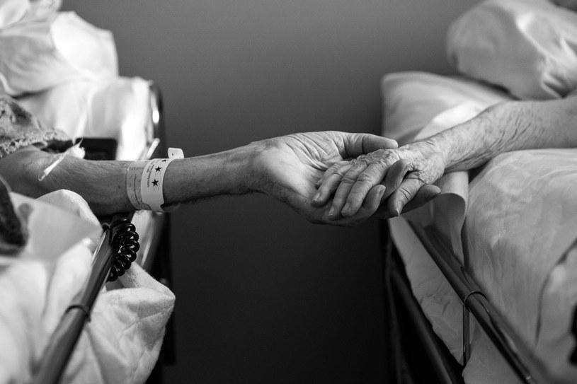 Byli małżeństwem przez 62 lata, zmarli, trzymając się za ręce, fot. AP/FOTOLINK /