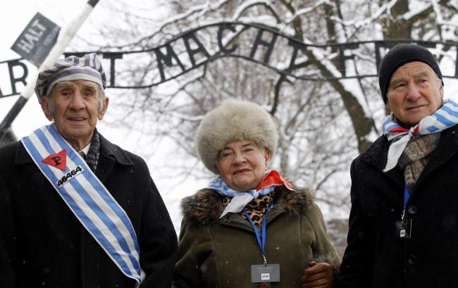 Byli więźniowie niemieckich obozów, wśród nich Mirosław Celka (L), podczas uroczystości 70. rocznicy wyzwolenia KL Auschwitz, 27 bm. w Oświęcimiu. /PAP/Andrzej Grygiel    /PAP