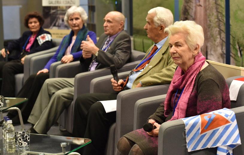 Byli więźniowie (od lewej): Barbara Pankowska, Krystyna Kobylańska, Zbigniew Peć, Henryk Duszyk i Halina Zduńczyk podczas spotkania z dziennikarzami /Jacek Bednarczyk /PAP