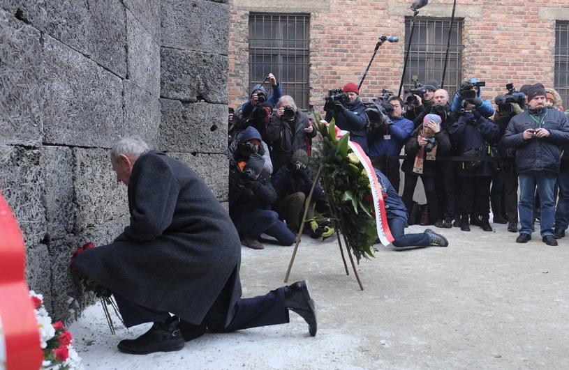 Byli więźniowie składają kwiaty i zapalają znicze pod Ścianą Śmierci, przy bloku 11 byłego obozu Auschwitz I /Andrzej Grygiel /PAP