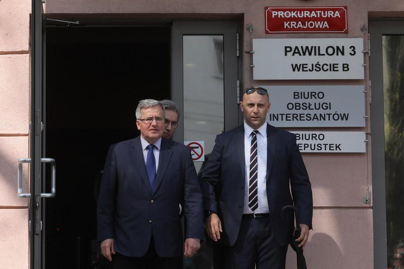 Były prezydent Bronisław Komorowski (L) po przesłuchaniu w Prokuraturze Krajowej w Warszawie /Paweł Supernak /PAP