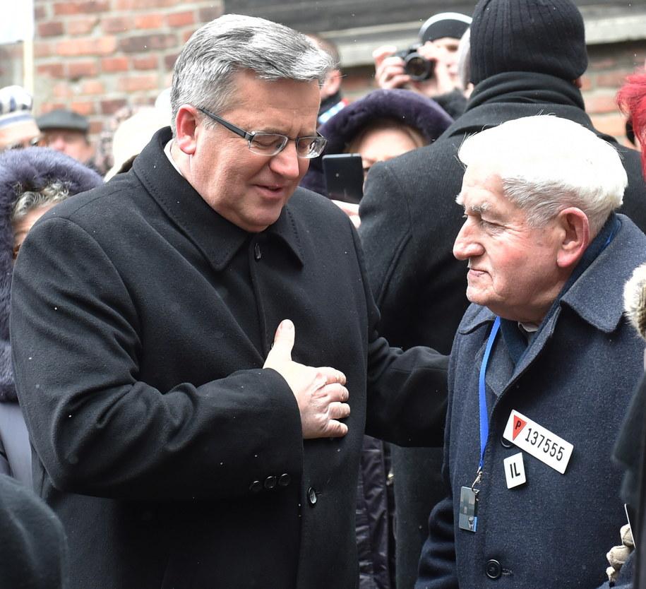 Były więzień Dyonizy Lechowicz (P) rozmawia z prezydentem Bronisławem Komorowskim, podczas uroczystości 70. rocznicy wyzwolenia KL Auschwitz /Jacek Bednarczyk /PAP