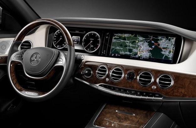 Cała deska rozdzielcza Mercedesa klasy S to wielki ekran /