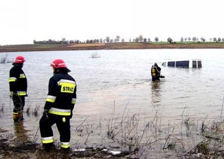 Całą Polskę obiegły zdjęcia mercedesa, którego GPS skierował do jeziora pod Głubczycami /AFP