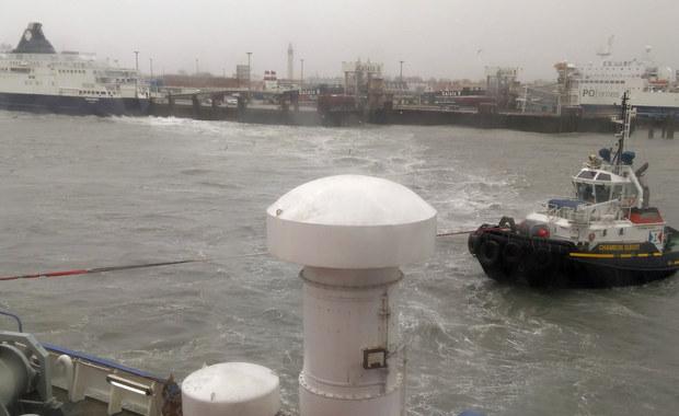 Calais: Prom z ponad 300 osobami na pokładzie utknął na mieliźnie