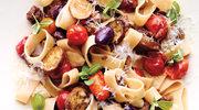 Calamarata z pieczonym bakłażanem, pomidorami i oliwkami
