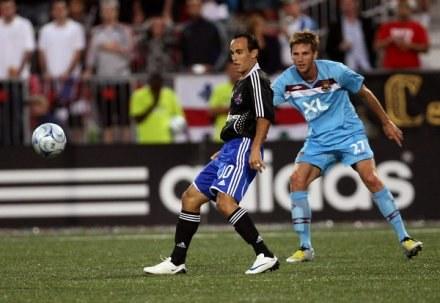 Calum Davenport (z prawej) być może już nigdy nie zagra w piłkę... /AFP