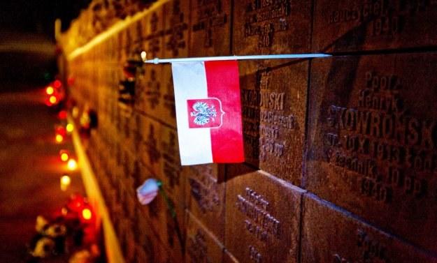 Cały świat łączy się w bólu z Polską /AFP
