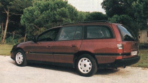 Caravan, czyli odmiana kombi, ma zupełnie inny tył niż limuzyna, choć też mocno zaokrąglony, w drugiej parze drzwi zmieniono szyby. Na dachu tradycyjnie znalazł się reling, umożliwiający bezpieczne przewożenie ładunku o masie nie przekraczającej 100 kg. /Motor