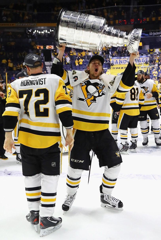 Carl Hagelin z Pittsburgh Penguins wznosi Puchar Stanleya /AFP
