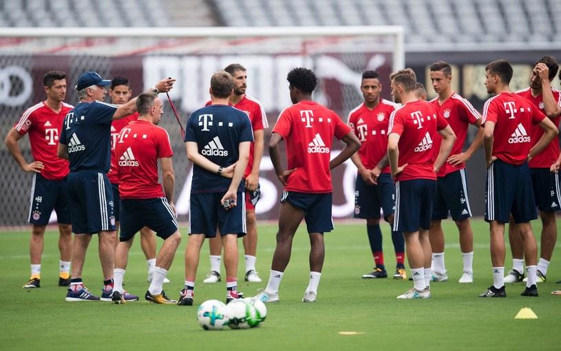 Carlo Ancelotti na treningu z piłkarzami Bayernu Monachium /AFP