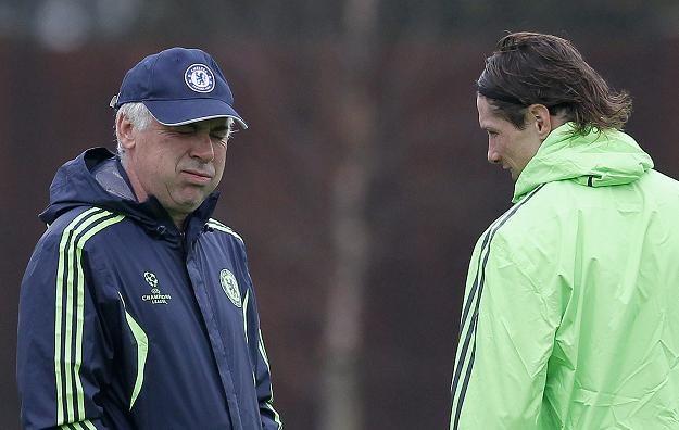 Carlo Ancelotti (z lewej) robi wszystko, aby odbudować wielką formę Fernando Torresa /AFP