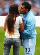 Carlos Tevez całuje małżonkę po meczu Manchesteru City