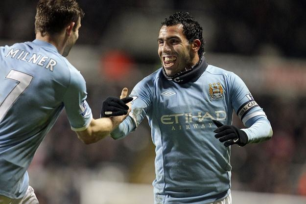 Carlos Tevez odbiera gratulacje Jamesa Milnera. /AFP