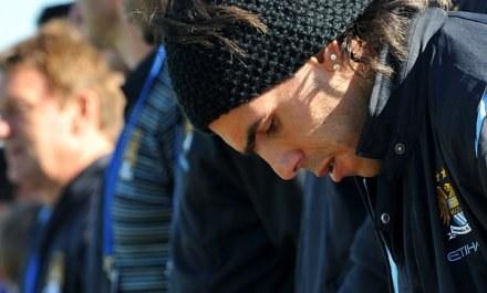 Carlos Tevez zamiast grać musi pauzować. Urazu nabawił się w łazience wychodząc spod prysznica /AFP