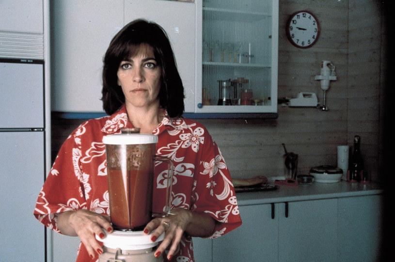 """Carmen Maura serwuje gazpacho w filmie """"Kobiety na skraju załamania nerwowego"""" /East News"""