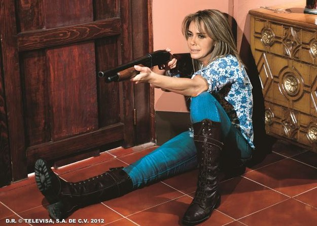 Carmina (Sabine  Moussier) uwikła się  w niebezpieczny romans z zarządcą rancza, miłośnikiem broni. /Mat. Prasowe
