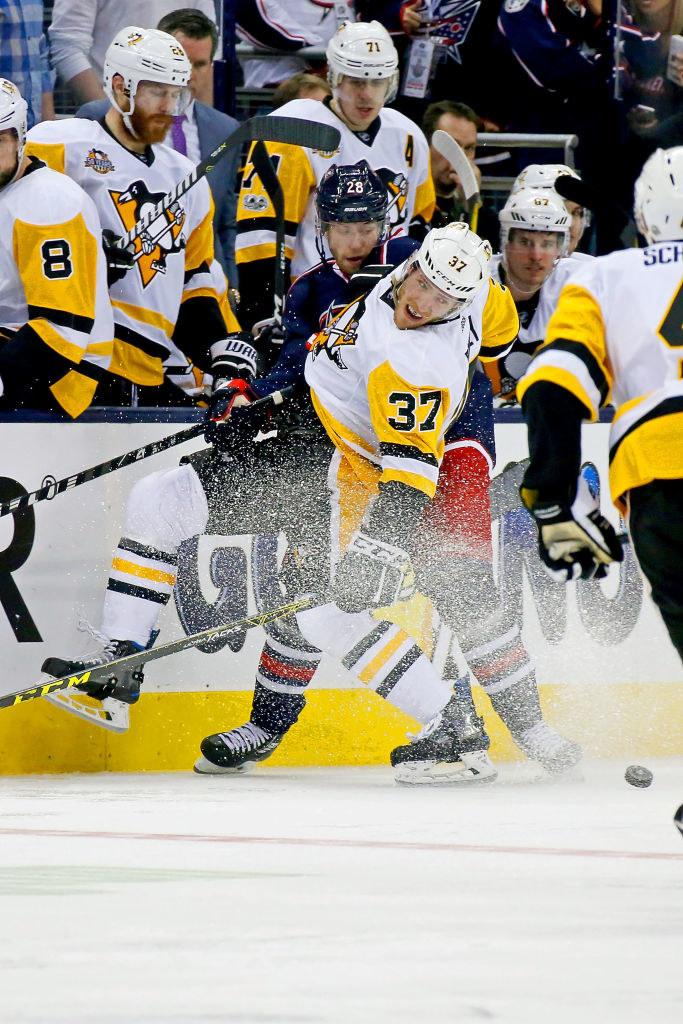 Carter Rowney (#37) z Pittsburgh Penguins próbował przedrzeć się pod bandą. /Kirk Irwin /Getty Images