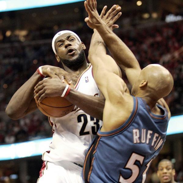 Cavaliers - Wizards 97:86.  LeBron James (z lewej) w ofensywnej akcji /AFP