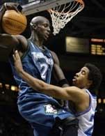 Cavs - Timberwolves 114:81. Kevina Garnetta zatrzymuje Andre Miller