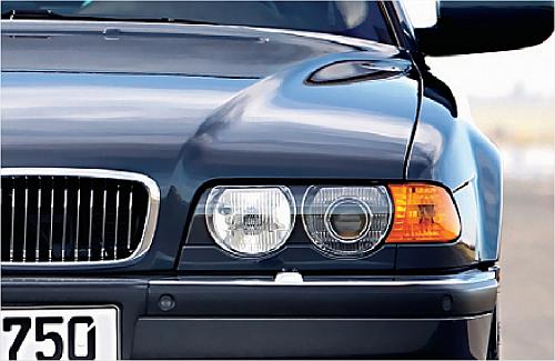 Cecha charakterystyczna aut po liftingu z 1998 roku: duże, okrągłe odbłyśniki reflektorów. /Motor