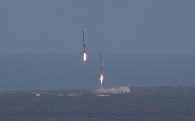 Cechą szczególną rakiet SpaceX jest powrót na ziemie tzw. boosterów, czyli silników rakietowych /AFP