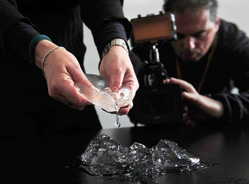 Celem nowelizacji jest uniknięcie powtórki skandalu z pękającymi implantami piersi /AFP