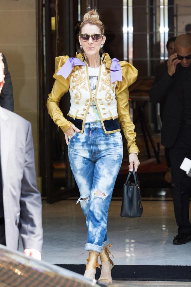 Céline Dion w dziwacznej kurtce i dziurawych dżinsach robiła wrażenie. Ale czy dobre? /East News