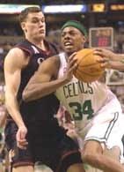 Celtics - Sixers 92:82. Paul Pierce (z prawej) mija Matta Harpringa