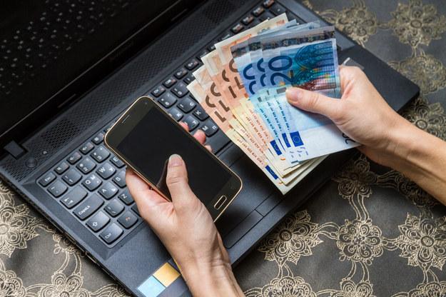 Cena w e-kantorze może być korzystniejsza /123/RF PICSEL