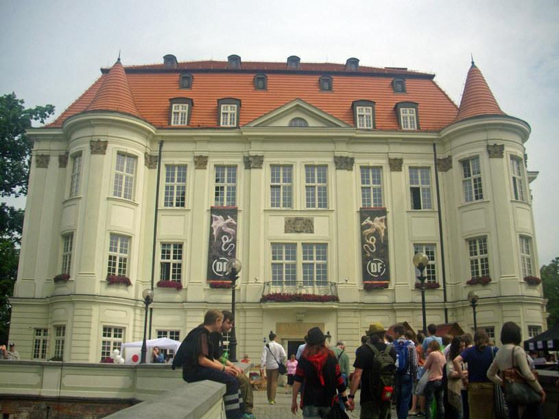 """Centrum Kultury """"Zamek"""" (Wrocław - Leśnica). W tym zabytkowym, barokowym zamku oprócz Dni Fantastyki odbywają się inne wydarzenia kulturalne: Wrocławski Festiwal Dobrego Piwa, Jarmark Jadwiżański, Noc Świętojańska. /swiatseriali.pl"""