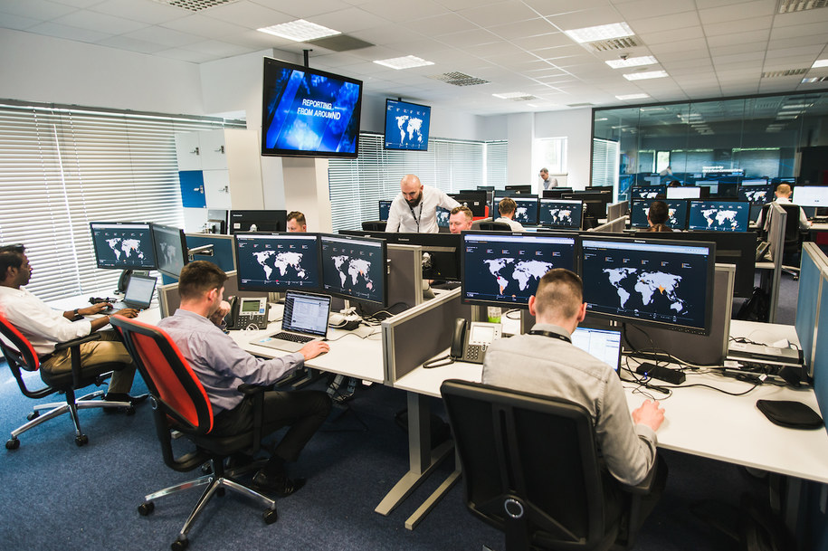 Centrum Operacyjne Bezpieczeństwa i serce europejskiego centrum IBM X-Force Command Center w Polsce. Pomarańczowy kolor na mapie na ekranie komputera oznacza miejsce, z którego przeprowadzono atak hakerski. /Mat. prasowe /RMF FM