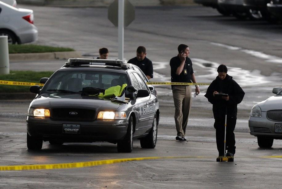 Centrum zostało otoczone przez znaczne siły policji /Ed Zurga /PAP/EPA