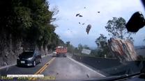 Centymetry od tragedii. Wielki kamień spadł tuż przed samochodem