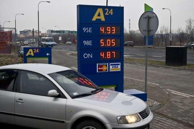 Ceny poniżej 5 zł/litr utrzymują się tylko na najtańszych stacjach /PAP