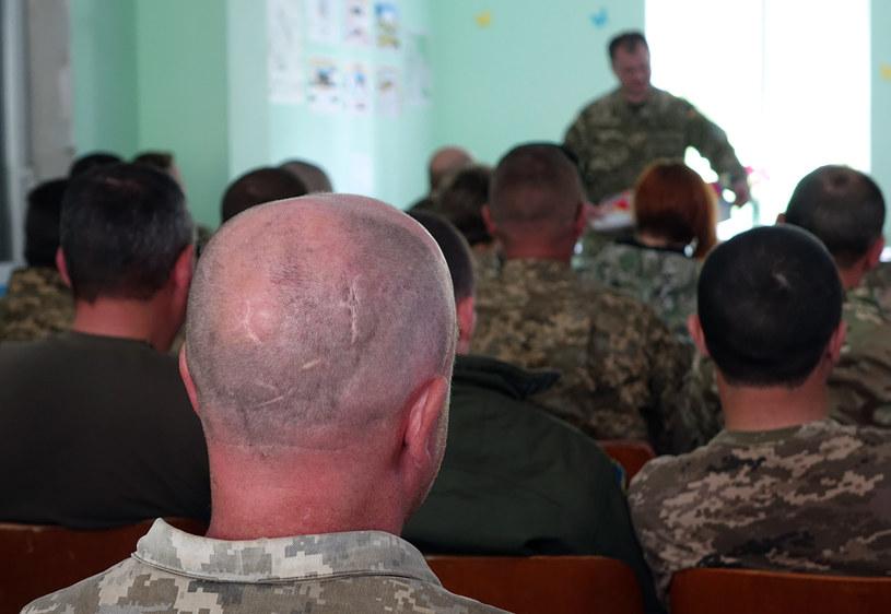 Ceremonia przekazania darów od ukraińskich wolontariuszy dla żołnierzy walczących na froncie w okolicach wsi Nowosiliewka /Marcin Ogdowski, bezkamuflazu.pl /