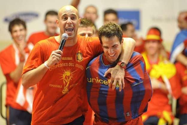 Cesc Fabregas (z lewej, tu z Pepe Reiną) chce wrócić do Barcy, ale musi się z nią najpierw zmierzyć. /AFP