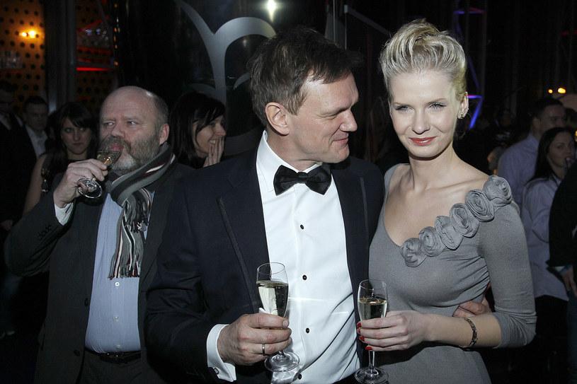 Cezary i Edyta - trzecia żona aktora. Media długo emocjonowały się jego związkiem z dużo młodszą kobietą. Ich miłość przetrwała. Mają 2-letnią córeczkę, Amelię /Jarosław Baranowski /AKPA