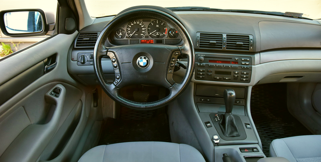Charakterystyczny dla BMW kokpit z konsolą centralną zwróconą w stronę kierowcy obsługuje się bardzo intuicyjnie. Typowa dla BMW jest też duża kierownica (choć nie w każdym egzemplarzu). /Motor