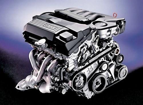 Charakterystyczny garb na deklu zaworowym wskazuje na to, że silnik ma system Vanos. /BMW