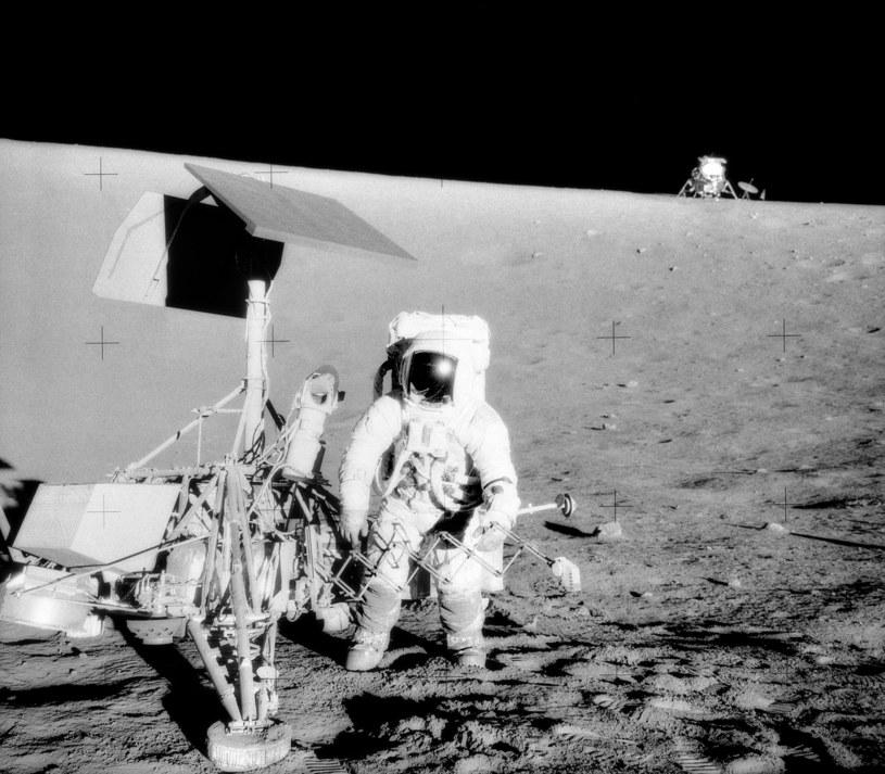 Charles Conrad, dowódca misji Apollo 12, bada pozostałości sony Surveyor 3           Fot. NASA /materiały prasowe