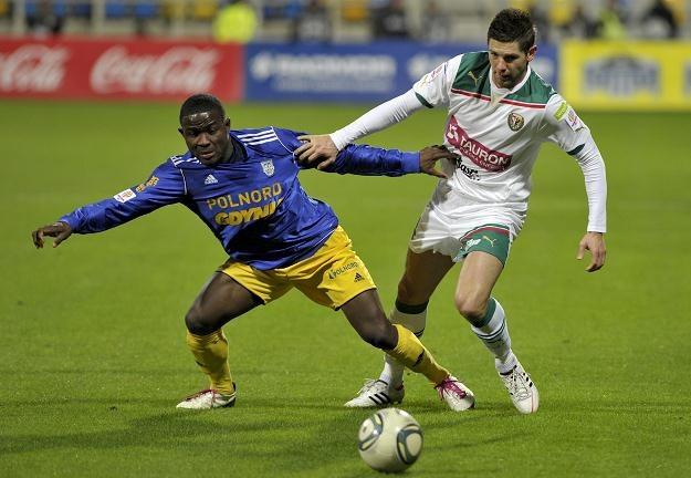 Charles Nwaogu w starciu o piłkę z Amirem Spahicem Fot. Adam Warżawa /PAP